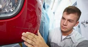 ¿Cómo reparar plástico en un coche?